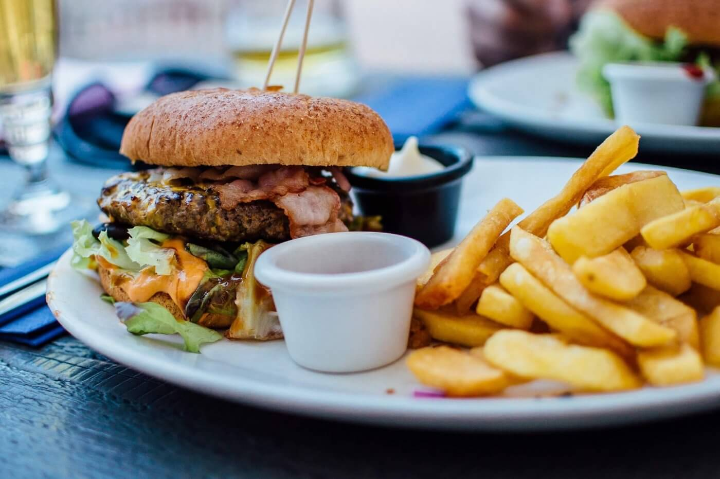 Bacon Cheeseburger & Chips | The Mustcard