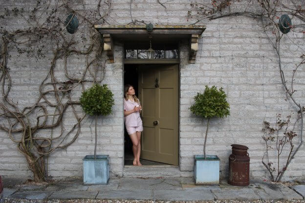 Women on Doorstep | The Mustcard